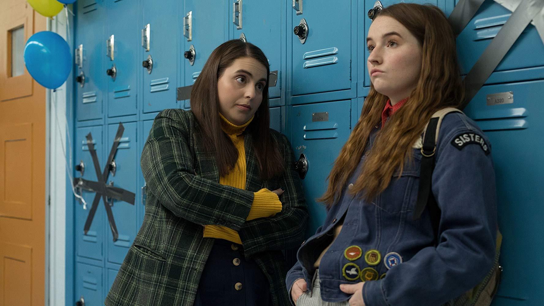 Molly (Beanie Feldstein) und Amy (Kaitlyn Dever) stehen vor Schulspinden.