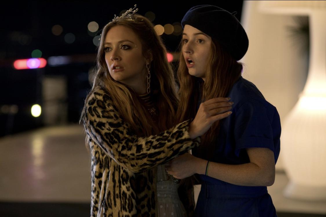 Billie Lourd (Gigi) und Kaitlyn Dever (Amy) schauen überrascht in die Ferne.