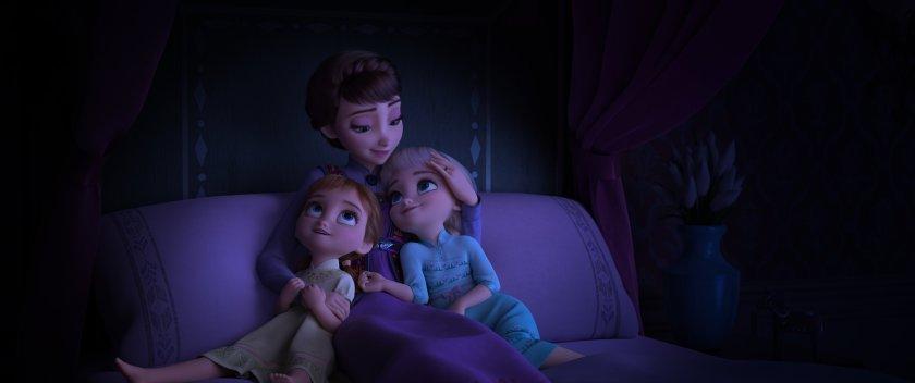 Elsa und Anna als Kinder mit ihrer Mutter