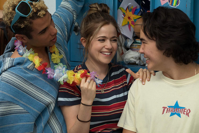 Nick (Mason Gooding), Triple A (Molly Gordon) und Tanner (Nico Hiraga) stehen vor Schulspinden und lachen