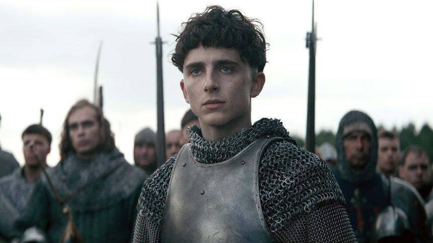 Timothée Chalamet in Ritterrüstung in einem Szenenbild für Kritik The King Netflix