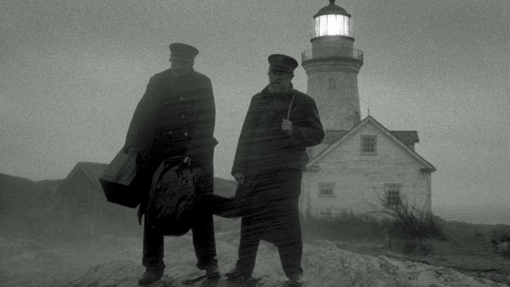 Ephraim und Thomas stehen vor dem Leuchtturm und es herrscht ein Unwetter.