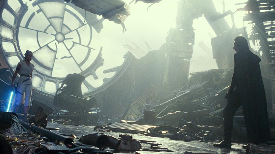 Kylo Ren (Adam Driver) und Rey (Daisy Ridley) stehen sich gegenüber vor den Trümmern des Imperator-Saals in einem Szenenbild für Kritik Star Wars Der Aufstieg Skywalkers