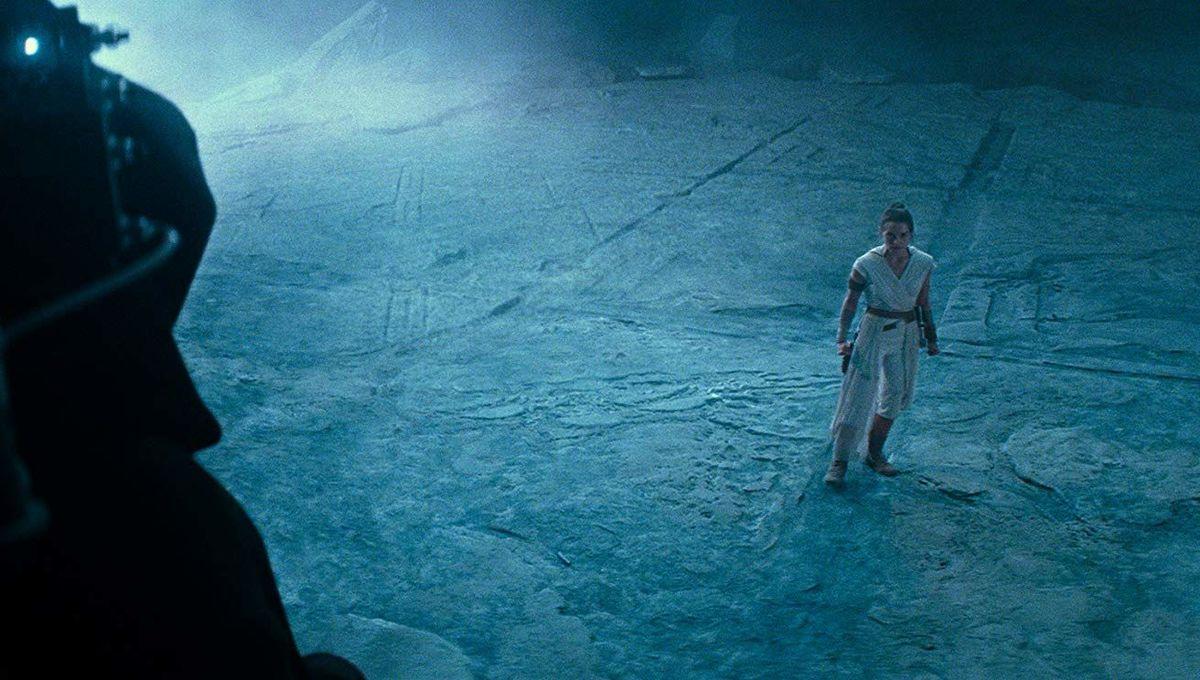 Rey (Daisy Ridley) steht vor dem Imperator in einem Szenenbild für Kritik Star Wars Der Aufstieg Skywalkers