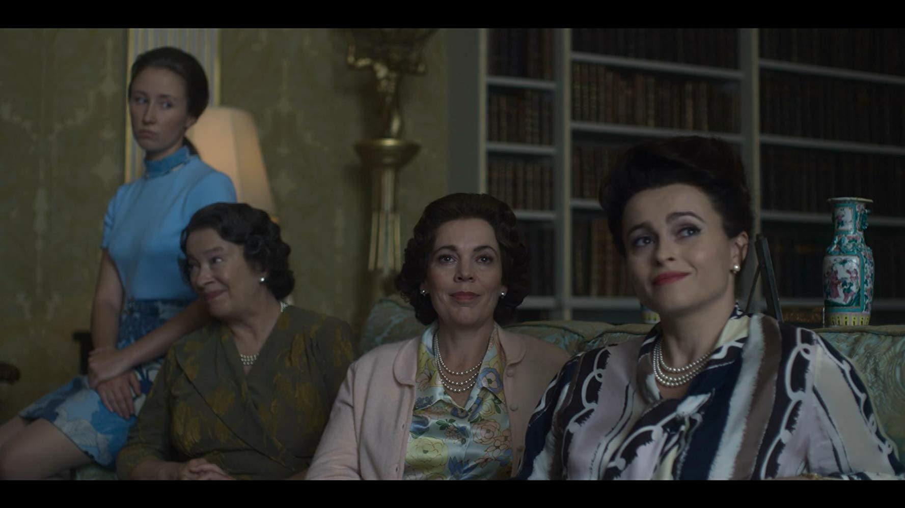 Von links nach rechts: Erin Doherty als Princess Anne, Marion Bailey als The Queen Mother, Olivia Colman als Queen Elizabeth II und Helena Bonham Carter als Princess Margaret in The Crown.