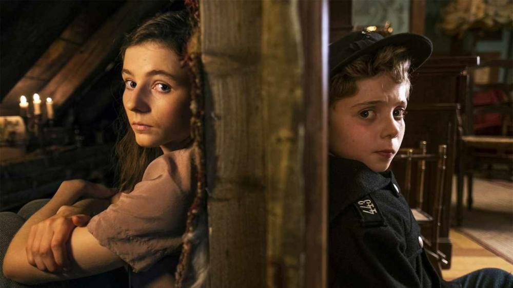 Als Jojo das jüdische Mädchen Elsa kennenlernt, bröckelt sein Weltbild.