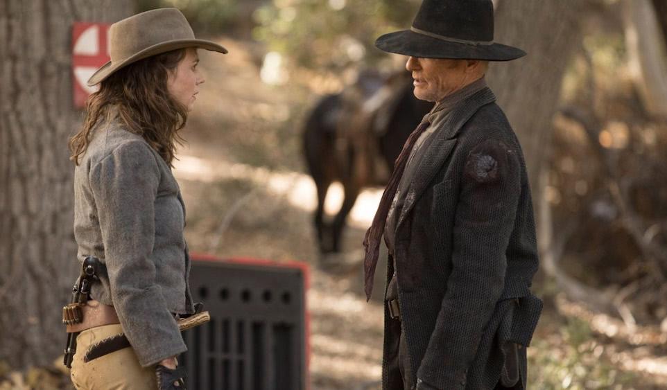 Ed Harris als Man in Black und Emily in einem Szenenbild aus Westworld Staffel 2