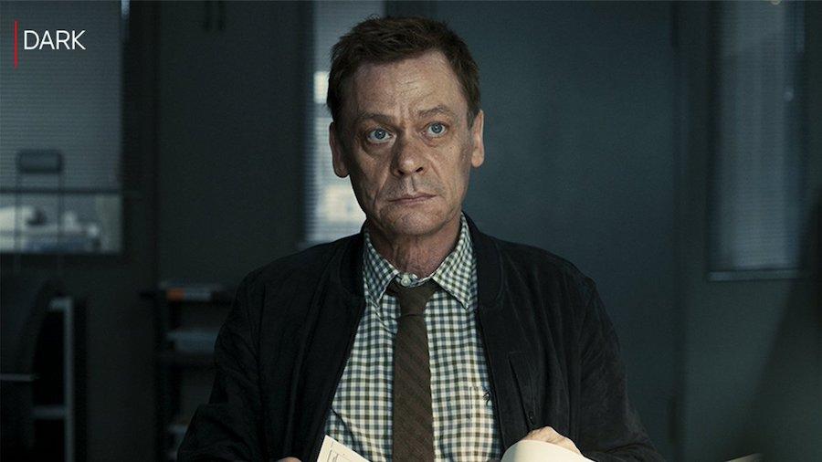 Kommissar Clausen in einem Szenenbild aus Dark Staffel 2