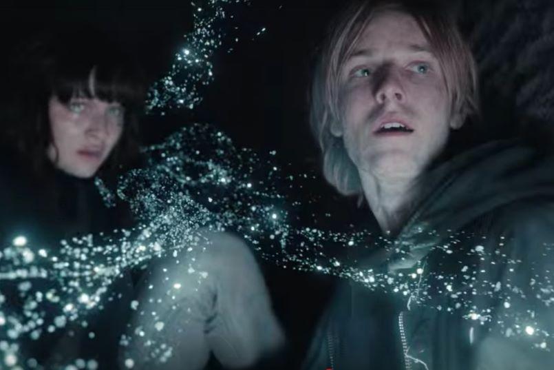 Szenenbild aus Dark Staffel 3 mit Jonas und Martha im Zeittunnel
