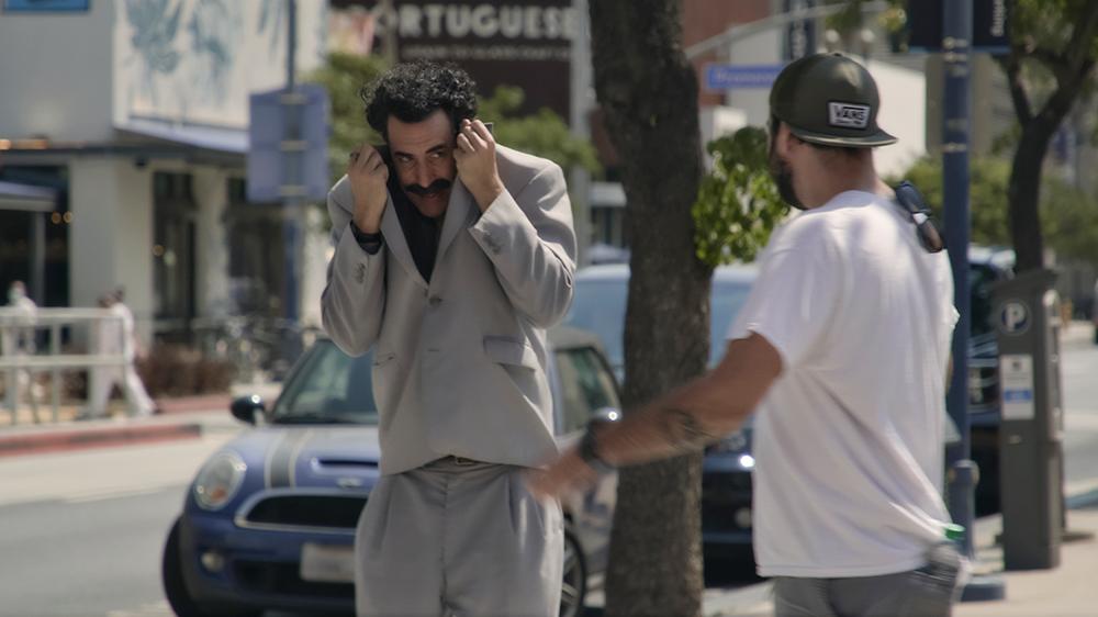 Borat auf der Straße in einem Szenenbild für Kritik Borat Anschluss Movie-Film
