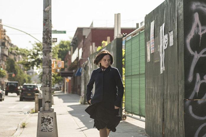 Esty flüchtet undercover in einem Szenenbild für Kritik Unorthodox Staffel 1