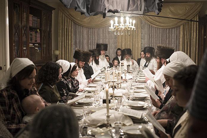 Unorthodox Jüdisch Gebet Szenenbild für Kritik Unorthodox Staffel 1