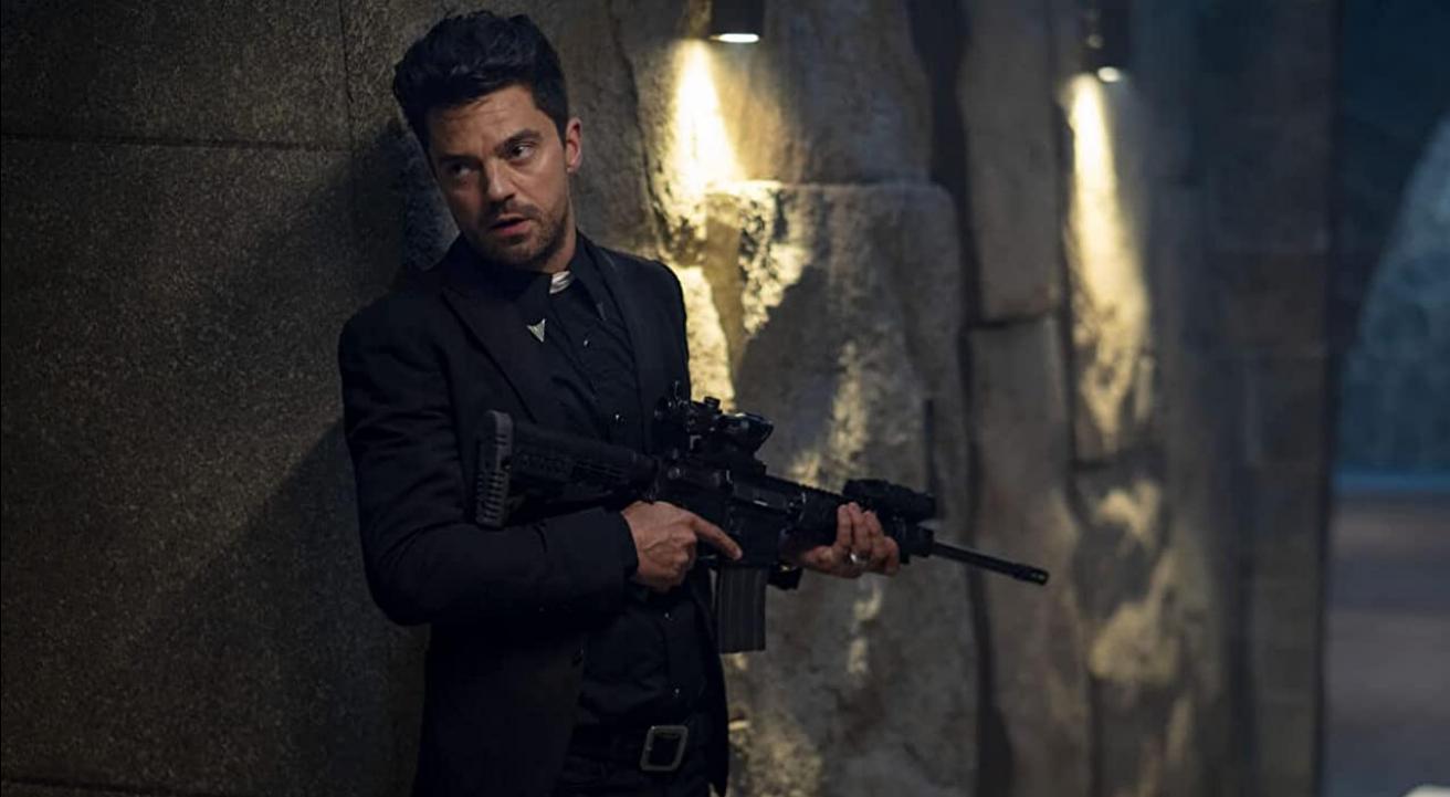 Jesse Custer (Dominic Cooper) mit einem Maschinengewehr