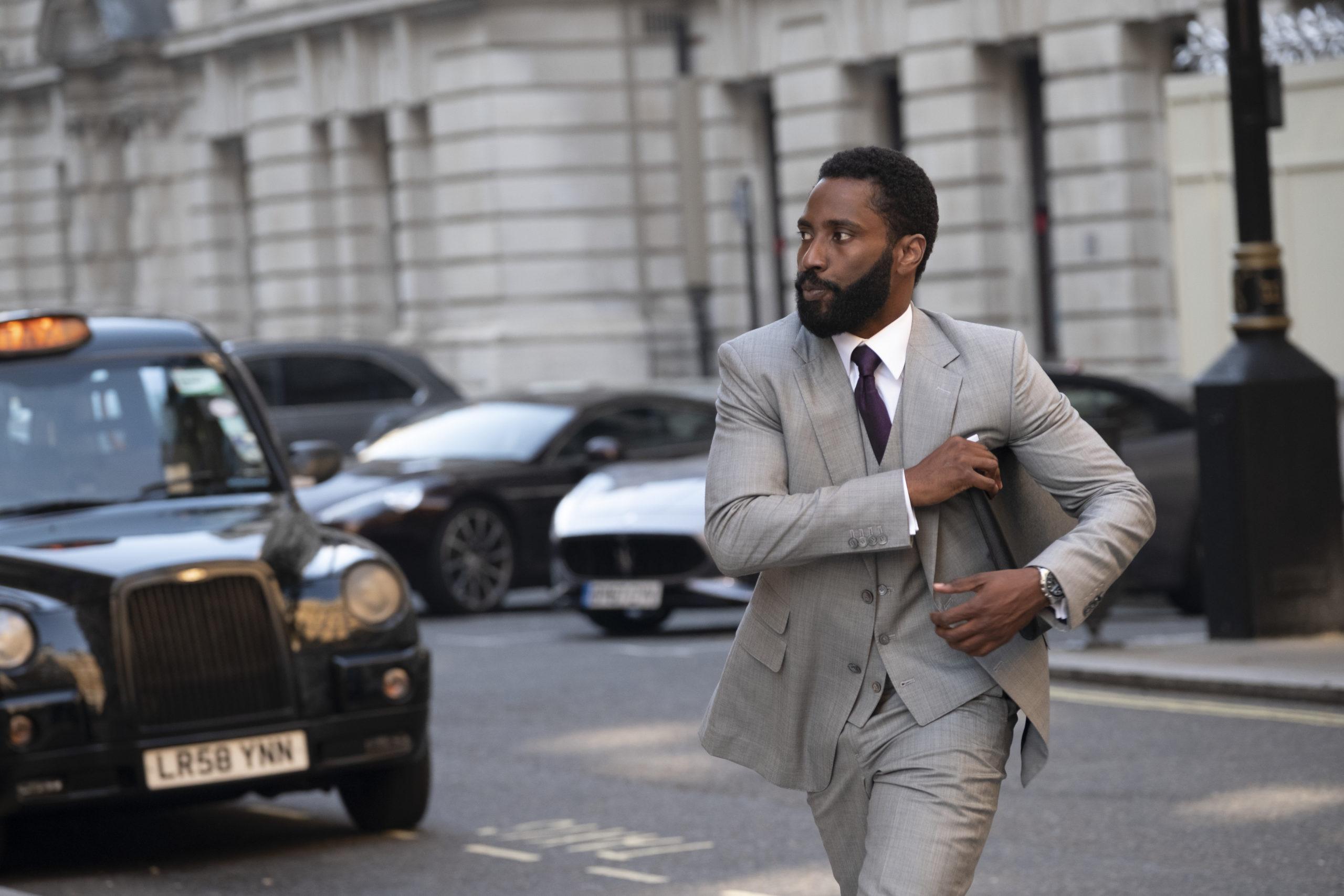 Der Protagonist (John David Washington) geht im Anzug durch die Stadt