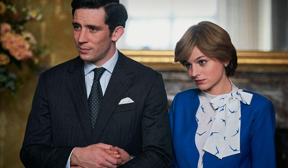 Prinz Charles und Prinzessin Diana halten Händchen und schauen links an der Kamera vorbei