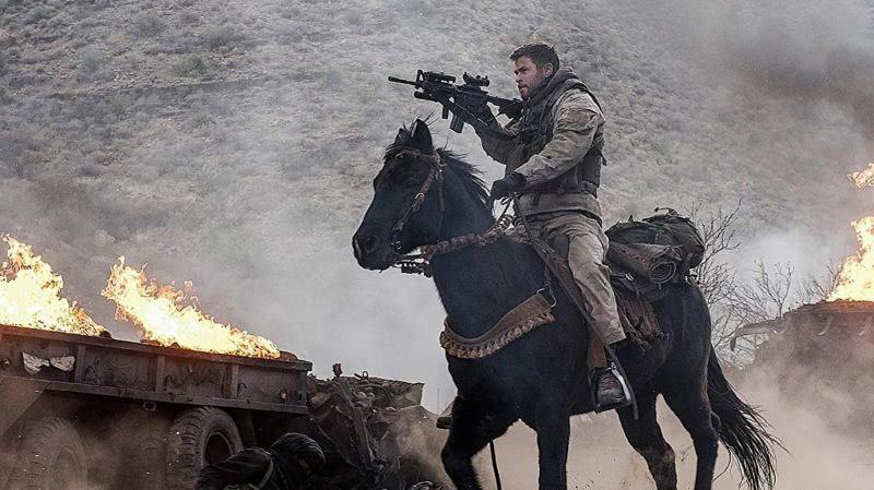 Chris Hemsworth auf einem Pferd in einem Szenenbild für Kritik Operation 12 Strong
