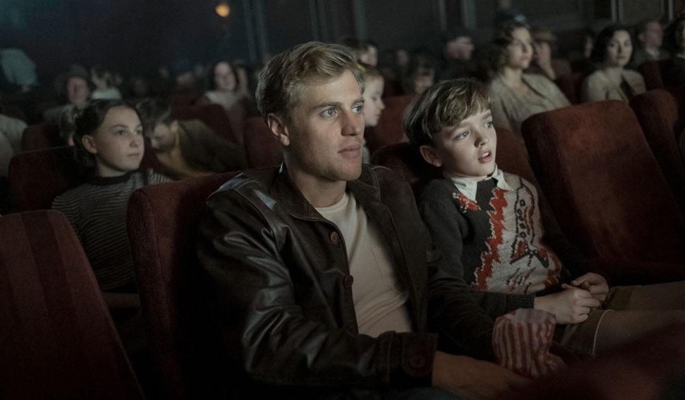 Johnny Flynn und Archie Barnes im Kino.