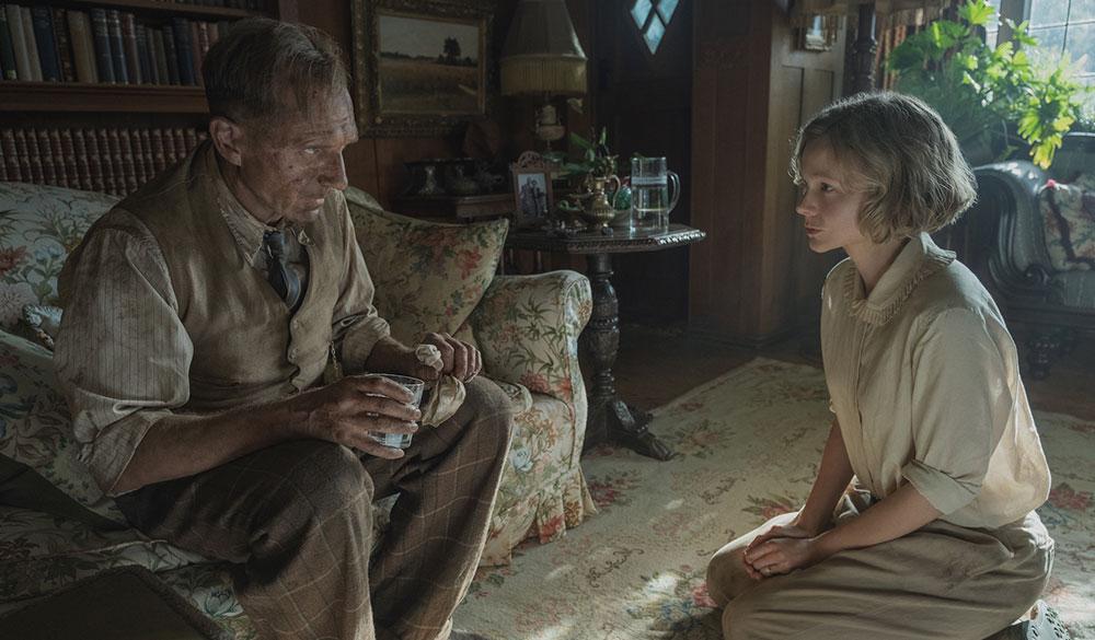Ralph Fiennes und Carey Mulligan als Basil Brown und Edith Pretty im Salon des Herrenhauses.