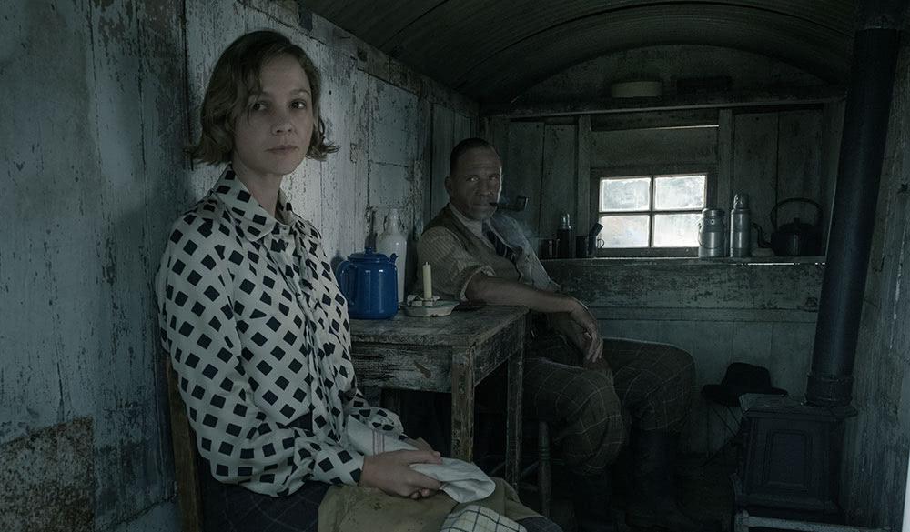 Carrey Mulligan und Ralph Fiennes im dreckigen Bauwagen.