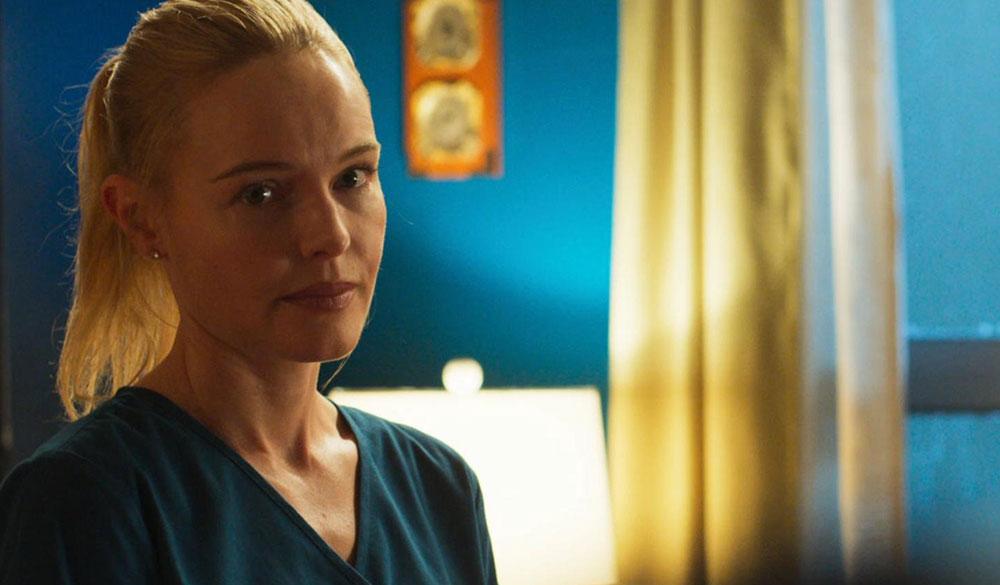 Kate Bosworth als Krankenschwester Troy.