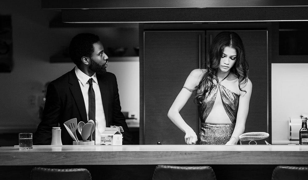 John David Washington und Zendaya als Malcolm und Marie in der Küche