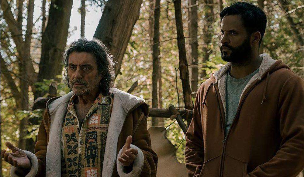 Shadow Moon (Ricky Whittle) und Mr. Wednesday (Ian McShane) im Wald