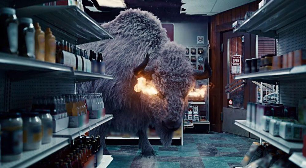 EIn weißer Büffel mit flammenden Augen in einem Laden