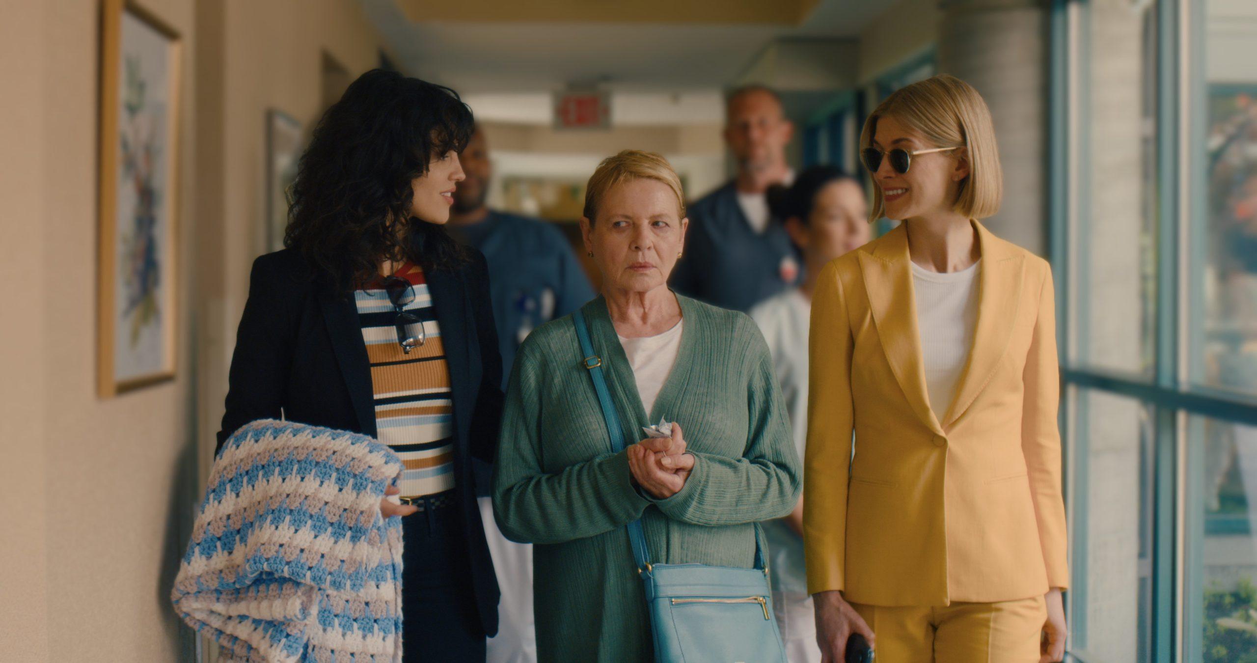 Eiza González, Dianne West und Rosamund Pike in I Care A Lot.