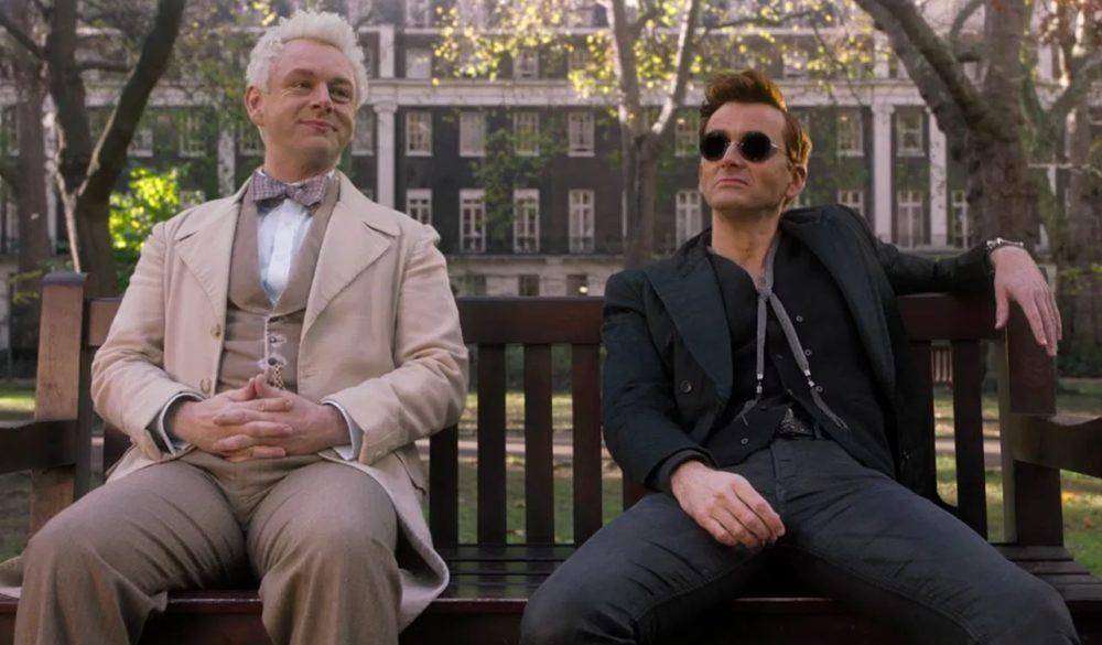 Erziraphael (Michael Sheen) und Crowley (David Tennant) sitzen auf einer Bank