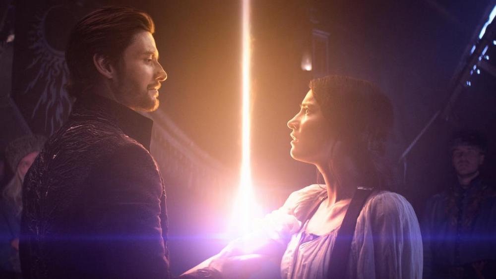 General Kirigan (Ben Barnes), aka Der Dunkle, und Alina Starkov (Jessie Mei Li) in einem Szenenbild aus Shadow and Bone Staffel 1