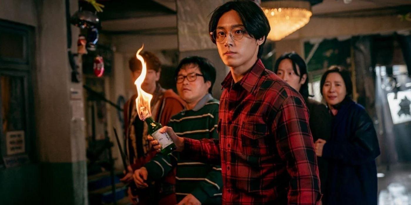Lee Eun-hyuk (Lee Do-hyun) hält ein Molotov Cocktail