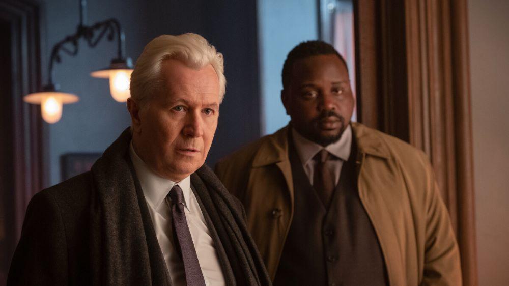 Gary Oldman und Brian Tyree Henry in einem Szenenbild aus The Woman in the Window auf Netflix für eine Kritik von 4001Reviews
