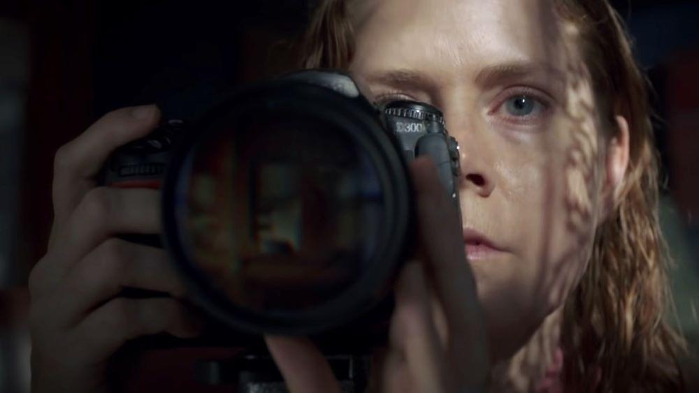 Amy Adams in einem Szenenbild aus The Woman in the Window von Netflix in einer Kritik von 4001reviews