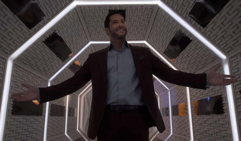 Lucifer (Tom Ellis) steht freudig in einem beleuchteten Gang