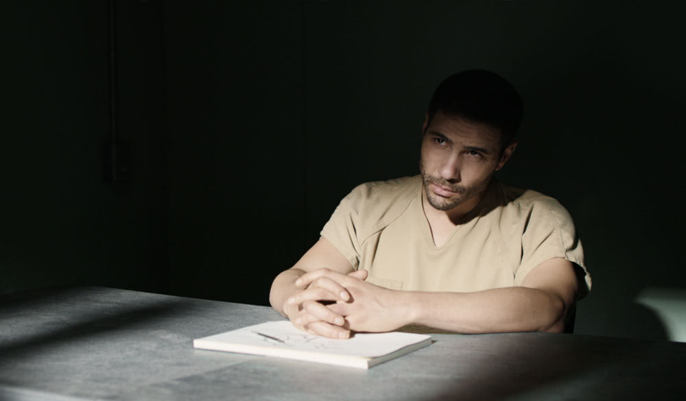 Tahir Samir als Mohamedou Ould Slahi in der Verhörzelle.