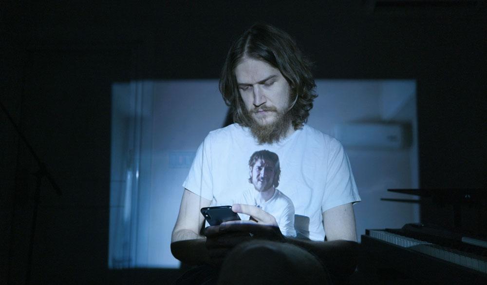 Bo Burnham über Social Media in einem Szenenbild aus Bo Burnham: Inside