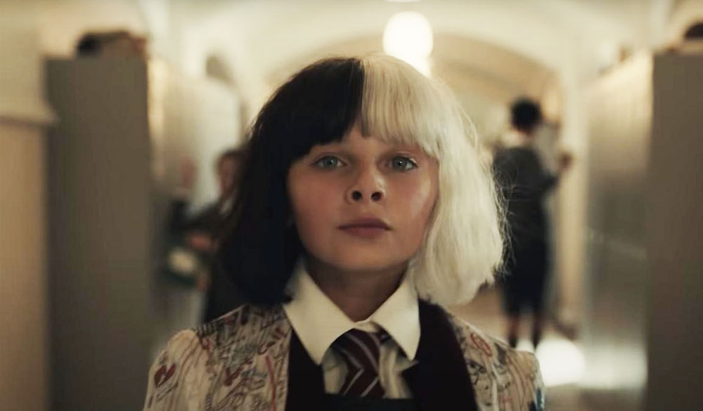 Das Bild zeigt die junge Estella/Cruella, die schon zur Schulzeit anders ist als die anderen Kinder und deshalb häufig auffällt.