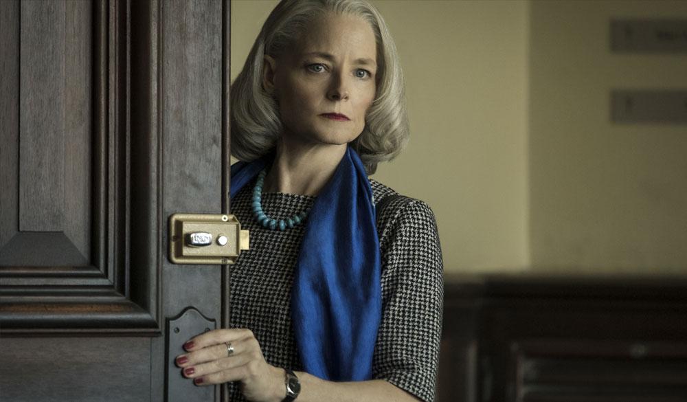 Jodie Foster als Menschenrechtsanwältin Nancy Hollander im Gerichtssaal.
