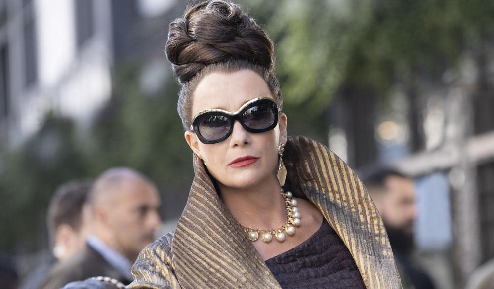 Das Bild zeigt Emma Thompson als Baroness, die Gegenspielerin von Emma Stones Cruella.