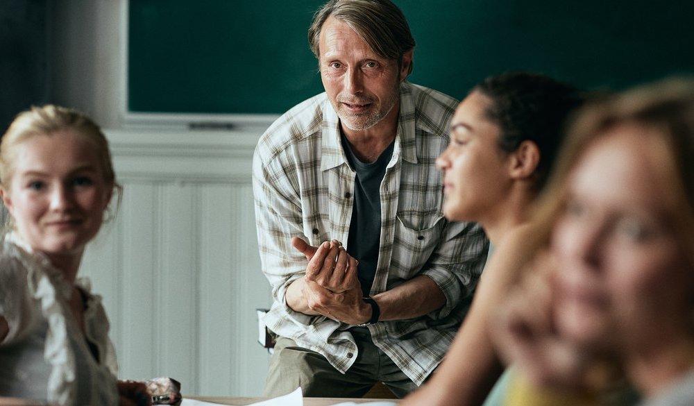 Mads Mikkelsen als Lehrer in einem Szenenbild aus Der Rausch