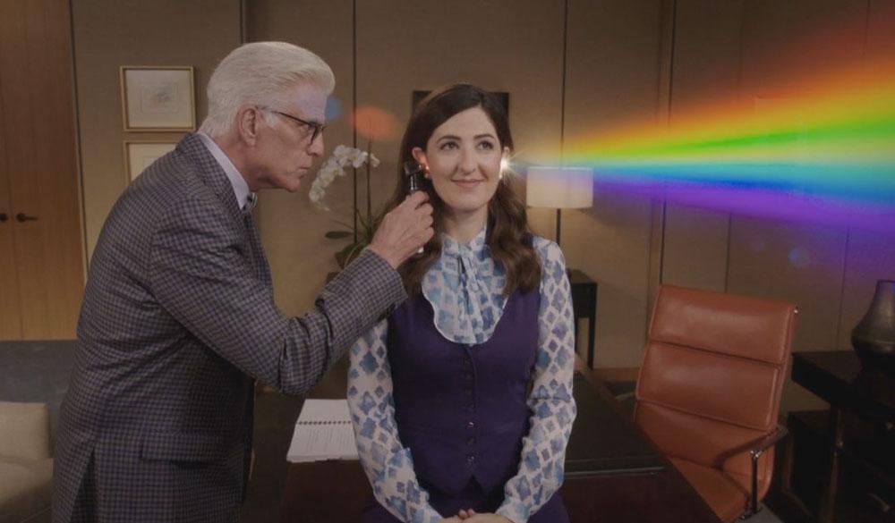Lichbrechung kommt aus Janet's Ohr (D'Arcy Carden), als Michael (Ted Danson) sie untersucht.