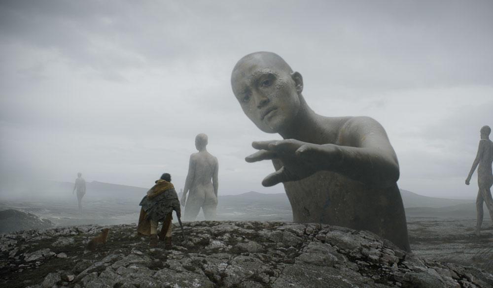 Riesen in einem Szenenbild mit Fuchs und Dev Patel als Sir Garwain in einem Szenenbild für Kritik The Green Knight