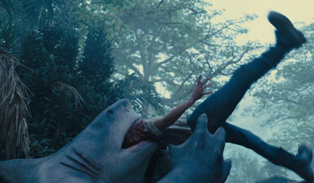 King Shark (Stimme: Sylvester Stallone) frisst einen Mann.