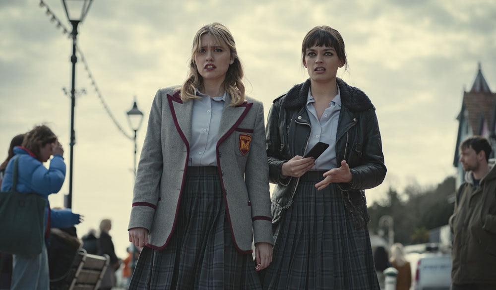 Aimee Lou Wood und Emma Mackey in Sex Education.