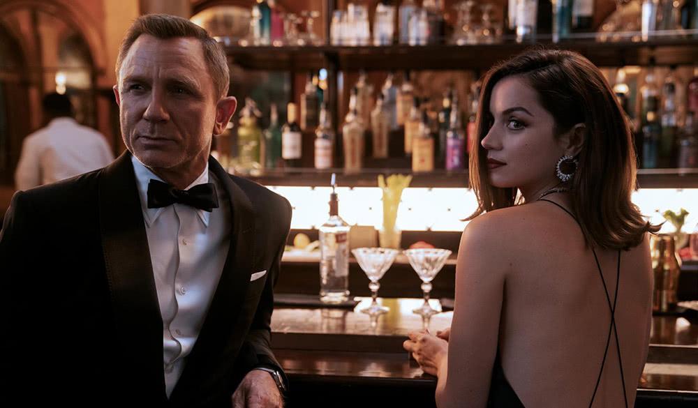 James Bond (Daniel Craig) und Paloma (Ana de Armas) in einer Bar